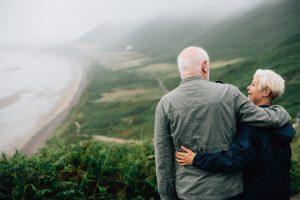 Couple de personnes âgées de dos