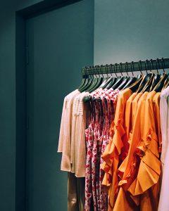 vêtements pour femme sur un portant