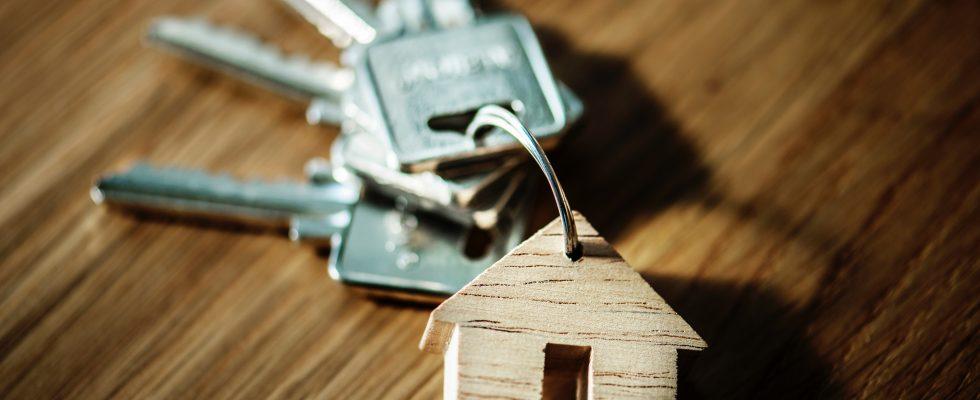 Clefs et porte-clefs avec petite maison en bois