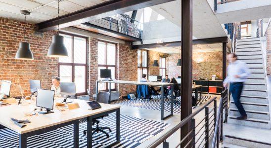 Bureaux modernes avec murs en briques et décoration industrielle