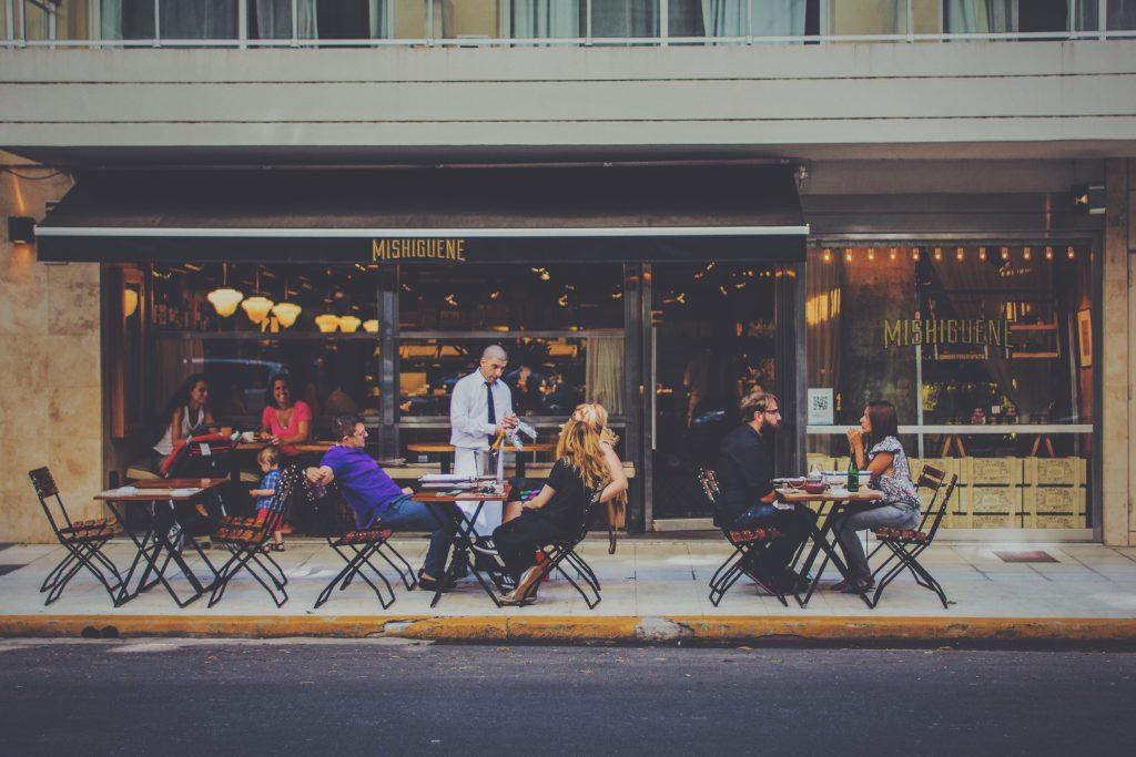 La devanture et terrasse d'un restaurant