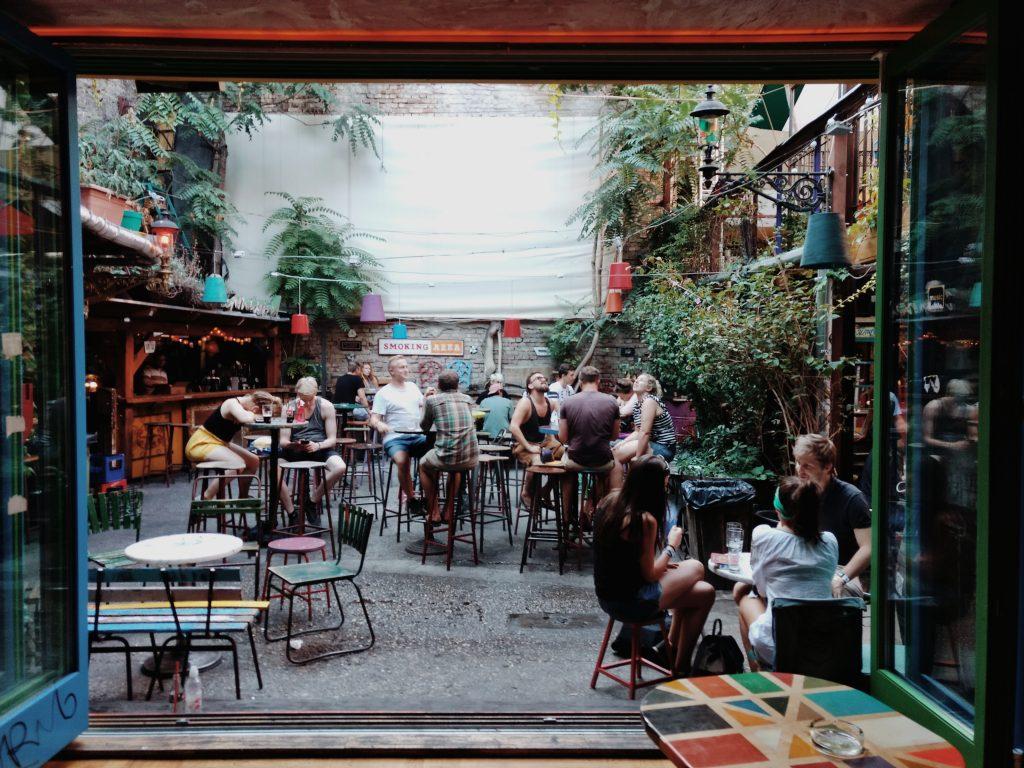 Une terrasse de restaurant dans une cour