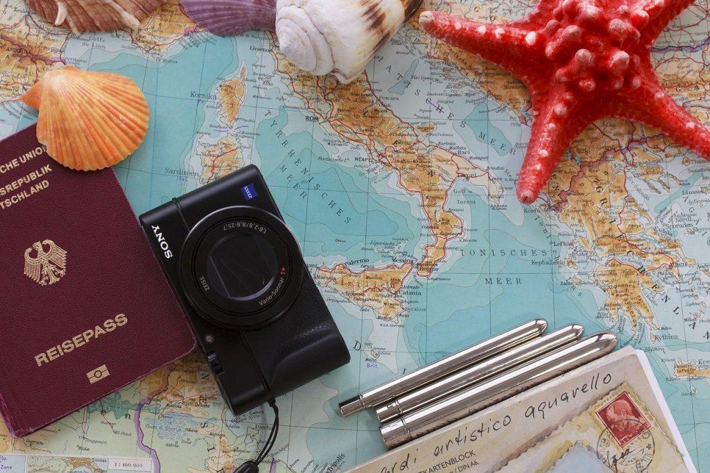 coquillages passeport appareil photo sur une carte du monde avec l'italie visible