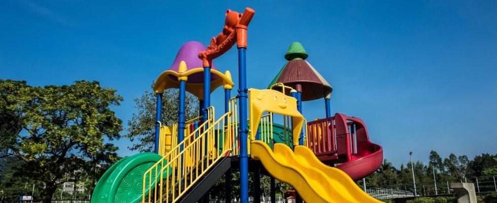 Aire de jeux extérieure pour enfants avec un toboggan