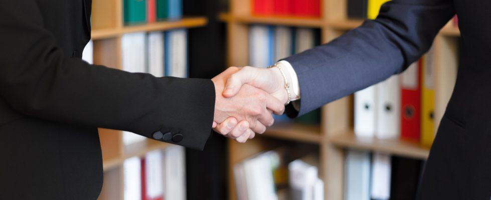 Deux personnes qui se serrent la main