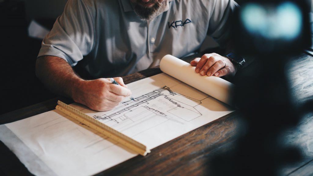 Architecte travaillant sur des plans