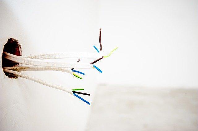 recycler câble qui dépasse du mur