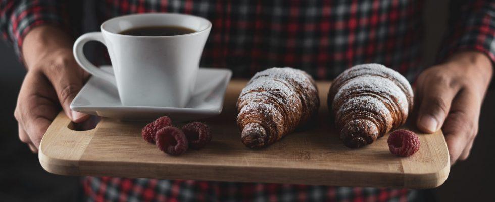 plateau avec croissants et café